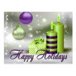 Buenas fiestas decoraciones verdes púrpuras postal