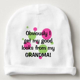 Buenas miradas de la abuela, obviamente gorrito para bebe