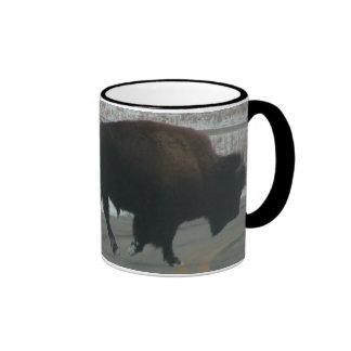 Búfalo en el camino tazas