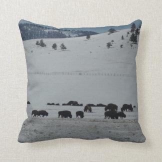 Búfalo que pasta en la montaña nevada cojín
