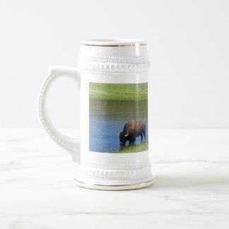 Búfalo salvaje de Yellowstone en la charca