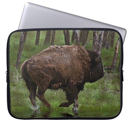 Búfalo y bosque corrientes, el diseño de los Bison Fundas Computadoras