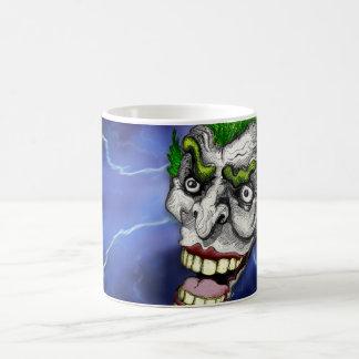 Bufón del comodín en una tormenta del relámpago de taza