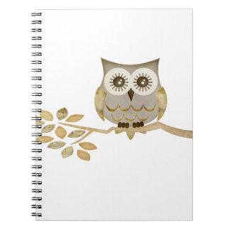 Búho ancho de los ojos en cuaderno del árbol