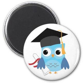 Búho azul con el imán de la graduación del diploma