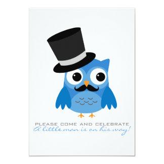 Búho azul con la invitación de la fiesta de