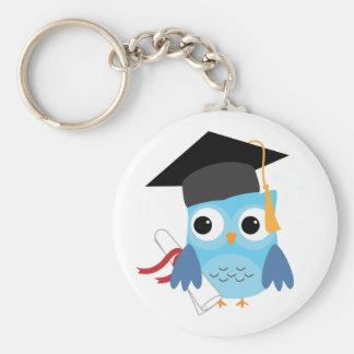 Búho azul con llavero de la graduación del diploma