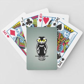 Búho blanco y negro con los ojos brillantes baraja de cartas