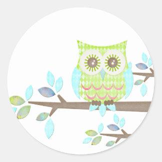 Búho brillante de los ojos en árbol pegatina redonda