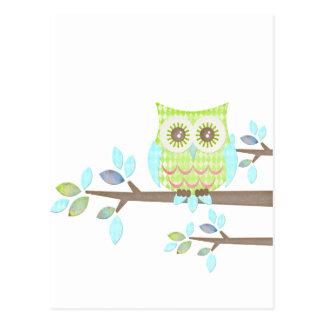Búho brillante de los ojos en árbol postal
