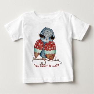 Búho caprichoso con la camiseta del niño de la poleras