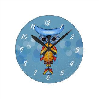 Búho colorido caprichoso de la fantasía reloj redondo mediano