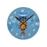 Búho colorido caprichoso de la fantasía relojes