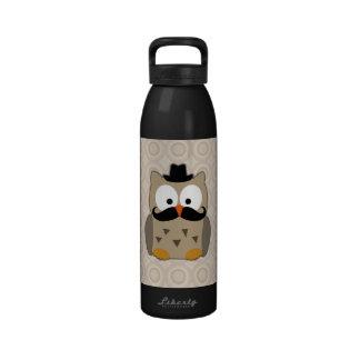 Búho con el bigote y el gorra botella de agua