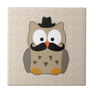 Búho con el bigote y el gorra azulejo cuadrado pequeño