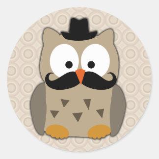 Búho con el bigote y el gorra pegatina redonda