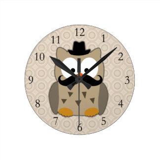 Búho con el bigote y el gorra reloj de pared