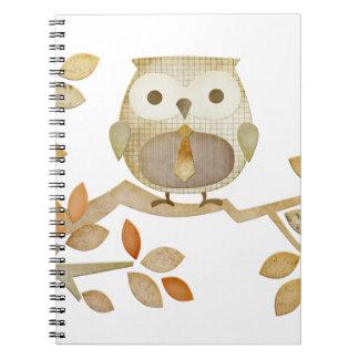 Búho con el lazo en cuaderno del árbol