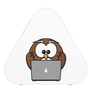 Búho con el ordenador portátil altavoz