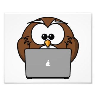 Búho con el ordenador portátil foto