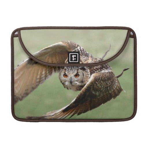 Búho de Eagle en vuelo Fundas Para Macbook Pro