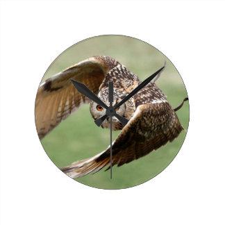 Búho de Eagle en vuelo Reloj