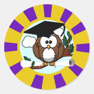 Búho de graduación con colores de la escuela de la etiqueta redonda