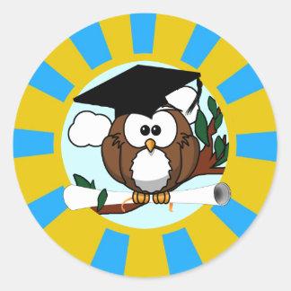 Búho de graduación con colores de la escuela del a pegatinas redondas