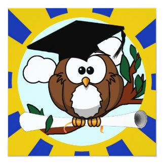 Búho de graduación con colores de la escuela del anuncio
