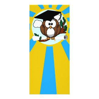 Búho de graduación con colores de la escuela del diseño de tarjeta publicitaria