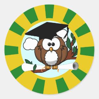 Búho de graduación con colores de la escuela del v pegatina redonda