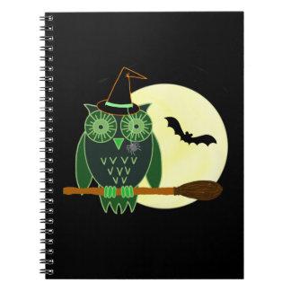 Búho de Halloween en una escoba Libreta
