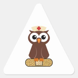 Búho de la enfermera (w/bandaid) pegatina triangular