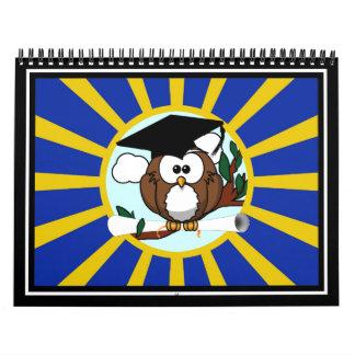 Búho de la graduación con colores de la escuela calendarios