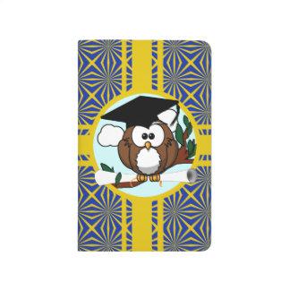 Búho de la graduación con colores de la escuela cuadernos grapados