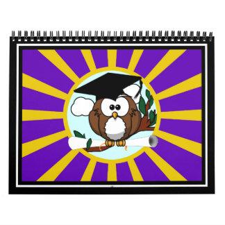 Búho de la graduación con colores de la escuela de calendarios