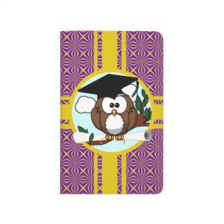 Búho de la graduación con colores de la escuela de cuadernos
