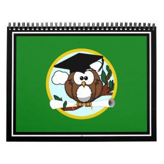 Búho de la graduación con el casquillo y el calendario de pared