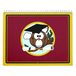Búho de la graduación con el casquillo y el calendario