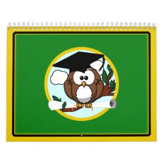 Búho de la graduación con el casquillo y el calendarios