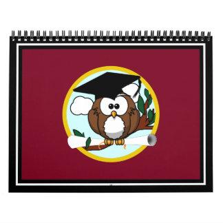 Búho de la graduación con el casquillo y el calendarios de pared