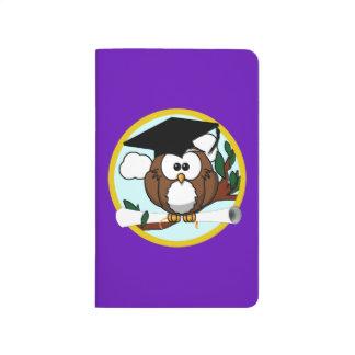 Búho de la graduación con el casquillo y el cuadernos