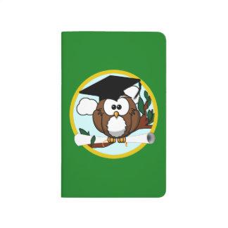 Búho de la graduación con el casquillo y el cuadernos grapados