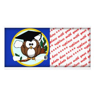 Búho de la graduación con el casquillo y el tarjeta fotográfica