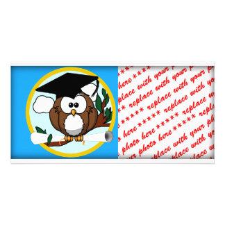 Búho de la graduación con el casquillo y el tarjeta con foto personalizada
