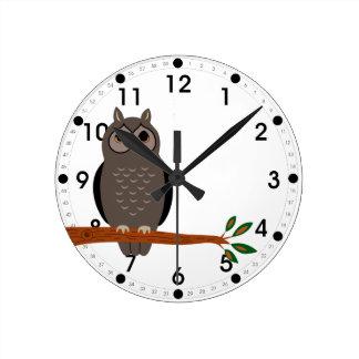 Búho del arbolado en animales del bosque del reloj