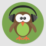 Búho del dibujo animado con los auriculares pegatina redonda
