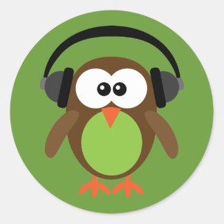 Búho del dibujo animado con los auriculares pegatinas redondas