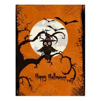 Búho del feliz Halloween en un árbol Tarjetas Postales