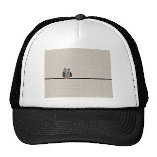 Búho del remiendo, blanco y negro con el fondo del gorras de camionero